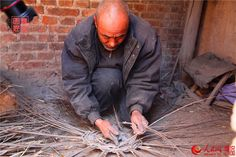 Liu Daolin uses the wickers to make the bottom of the basket http://www.chinatraveltourismnews.com/2015/03/wicker-basket-disappearing-folk.html