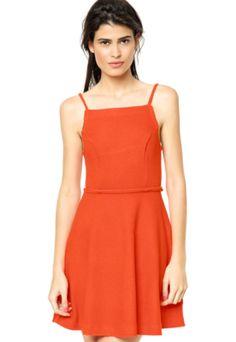 Vestido Sommer Decote Laranja, com detalhes localizados e modelagem fluída. Confeccionado em tecido leve, oferece total conforto e um ótimo caimento.Medidas da Modelo: Altura: 1,76m / Busto: 82cm / Cintura: 62cm / Quadril: 90cm.