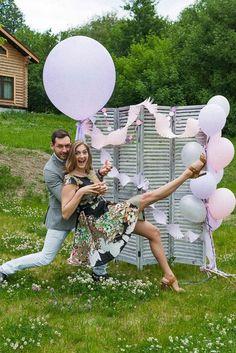 Wedding photo background - retro folding screen with lavender balloons. Lavender rustic wedding. Фотозона - французская состаренная ширма с воздушными шарами, лавандовая свадьба в стиле рустик.
