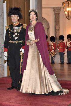 Dronning Margrethe, kronprinsesse Mary og prinsesse Marie så smukke og veloplagte ud i deres flotte kjoler til nytårstaffel.