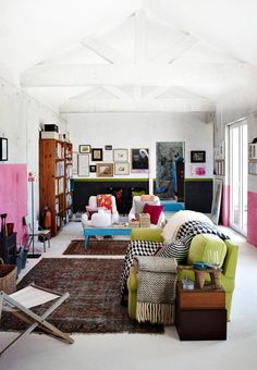 Pink walls - green couch - black and white blanket