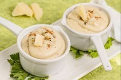 La crema al Parmigiano è una saporita salsa, ottima su primi piatti e antipasti, da preparare in pochi minuti.