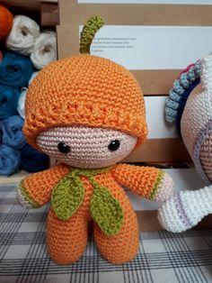 """Deze knuffel """"Big Head Doll – Pompoentje"""" is ontzettend zacht, schattig en heeft een ontzettend hoge knuffelfactor, de ideale knuffel voor uw kindje. Deze knuffel wordt gehaakt met liefde en passie. Ook andere kleuren zijn mogelijk, stuur ons dan gerust een bericht. Bestel tijdig, handwerk vraagt best wel wat tijd :-) info@vanvie.be 0472/464 030 Crochet Hats, Knitting Hats"""