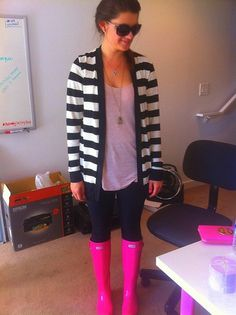 Pink Hunter rain boots look great paired with anything neutral, but this striped sweater makes them really stand out! With a white shirt underneath instead. Pink Hunter Rain Boots, Hunter Boots Outfit, Hunter Wellies, Fall Winter Outfits, Autumn Winter Fashion, Spring Outfits, Winter Stil, Boating Outfit, Hunter Boots