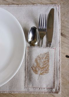 From napkins to table runners to placemats, we've rounded up 20 easy DIY table linen ideas for Thanksgiving. Serger Projects, Sewing Projects, Serger Sewing, Mug Rugs, Decoration Table, Thanksgiving Table, Diy Table, Table Runners, Sewing Crafts