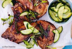 Honig-Soja-Koteletts mit Gurken-Ingwer-Salat