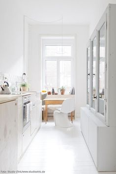 In die schmale Küche