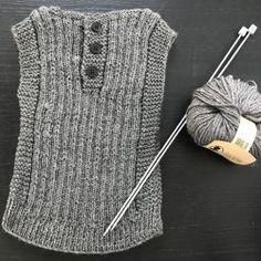 Strikket babyvest – opskrift str. 0-3 mdr. | haandkraft Knit Vest Pattern, Crochet Pattern, Knit Crochet, Drops Alpaca, Baby Alpaca, Drops Design, Knitting For Kids, Baby Knitting Patterns, Baby Design