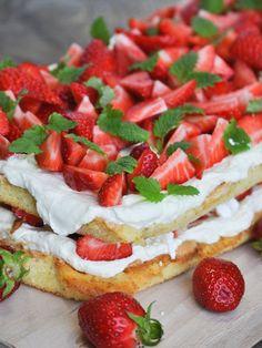 Britakakku on näyttävä jälkiruoka tai kahvipöydän kuningatar. Birthday Brunch, Cream Cake, No Bake Desserts, Caprese Salad, Bruschetta, Deserts, Goodies, Strawberry, Food And Drink