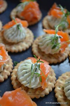 Biscuiti sarati cu crema de branza si somon afumat Savori Urbane (2) Finger Food Appetizers, Finger Foods, Appetizer Recipes, Canapes Recipes, Wedding Buffet Food, Party Food Platters, Party Sandwiches, Good Food, Yummy Food