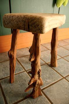 taburete con patas de sabina y asiento de pino http://ibitabu.blogspot.com.es/