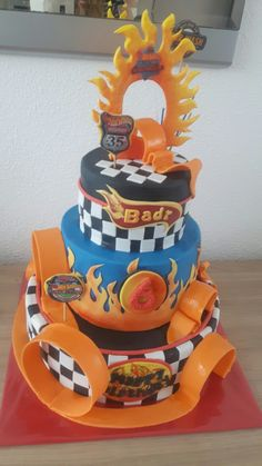 Hot Weels cake Más Hot Wheels Party, Hot Wheels Cake, Festa Hot Wheels, Hot Wheels Birthday, Hot Wheels Kuchen, Wells, Power Ranger Birthday, 6th Birthday Parties, Birthday Cakes