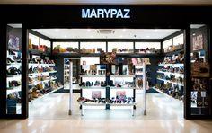 Esta imagen muestra el interior de Marypaza una tienda de zapatería en México. Una gran cantidad de zapatos de una re vende allí. Además, monederos se venden.