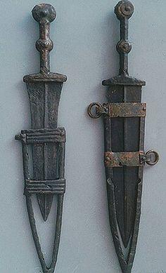 - Puñales biglobulares Ibéros . Siglo lll-l a.C. Necrópolis de Carratiermes . Soria , España . Museo Numantino .