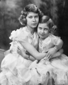 These rare pictures show Queen Elizabeth II and Princess Margaret growing up as (royal) children. Pictures Of Queen Elizabeth, Young Queen Elizabeth, Princess Margaret Young, English Royal Family, British Royal Families, George Vi, Reine Victoria, Queen Victoria, Queen Elizabeth