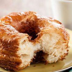 Como fazer cronuts caseiros. Provou os cronuts e quer aprender a fazê-los em casa? A última moda em confeitaria está rompendo com todos os moldes, pois o cronut é uma mistura de dois dos doces mais solicitados, o croissant e o do...