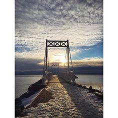 Comment bien commencer la journée : une p'tite marche au quai. : @ariiephotographie #MonCharlevoix #bridge #charlevoix #pointeaupic #morning #sky #landscape #water #ice #frozen #quebec #canada #clouds #travel #snow #winter