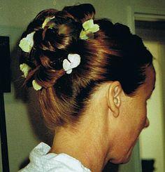 Bruidskapsel. Voorzien van verse bloemen.  Styling: Ellen.