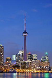 カナダ・トロントにあるCNタワーのライトアップはロマンチック。カナダ 旅行・観光の見所!