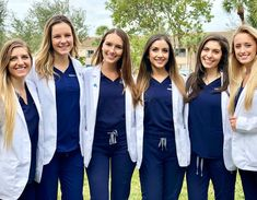 FIGS scrubs - Highly functional, expertly tailored and ridiculously soft - our scrubs meet your standards. Medical Careers, Medical School, Medical Students, Scrubs Outfit, Scrubs Uniform, Beautiful Nurse, Cute Scrubs, Medical Scrubs, Female Doctor