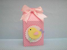 Caixa Casinha de Passarinho confeccionada com papel de scrapbook com aplique de passarinho.  Quantidade minima: 20 unidades Tamanho: 11,5 alt x 6 comp x 4 larg cm R$ 5,50