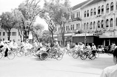 1950 - Saigon street crowded with bicycles and pedicabs - Phía trước KS CARAVELLE  Photo by Harrison Forman