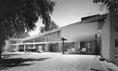 The Avenida Conscripto 100 project was designed by Juan Sordo Madaleno, its furniture was provided by Clara Porset and it was shown in MoMA, NYC Trampolines, Modern Architecture, Interior And Exterior, Old School, Mid Century, Classic, Outdoor Decor, Design, Architects