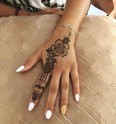 Henna art, Bridal he Cute Henna Designs, Henna Tattoo Designs Simple, Small Henna Tattoos, Beautiful Henna Designs, Mehndi Designs For Hands, Mehandi Designs, Unique Hand Tattoos, Tribal Hand Tattoos, Henna Flower Designs