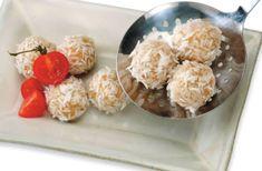 Димсам - это традиционные китайские закуски. В их числе могут быть небольшие пельмени с начинкой из птицы или морепродуктов, а также вкуснейшие фрикадельки из риса и овощей, приготовленные на пару.