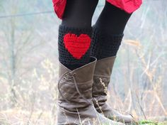 Valentines Day - Red and Black Crochet heart Boot Cuffs. Knitted Boot Cuffs, Crochet Boots, Knit Boots, Knit Crochet, Diy Fashion, Fashion Boots, Artisanats Denim, Denim Crafts, Valentines Day Hearts