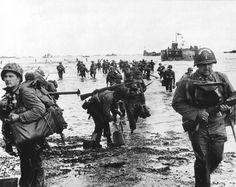 Des renforts américains débarquent à Omaha beach près de Vierville-sur-Mer le 6 juin 1944.