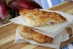 La frittata di cipolle senza uova è una frittata semplicissima a base di sola farina e cipolla rossa di Tropea.