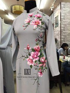 Saree Painting, Dress Painting, Hand Painted Sarees, Hand Painted Fabric, Fabric Painting On Clothes, Painted Clothes, Hand Embroidery Dress, Embroidery Suits Design, Kurta Designs