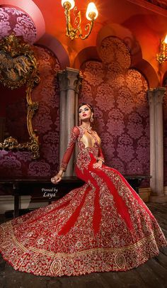 Nicee design behind her Indian Bridal Wear, Asian Bridal, Pakistani Bridal, Bridal Lehenga, Pakistani Outfits, Indian Outfits, Indian Attire, Bridal Dresses, Bridal Outfits
