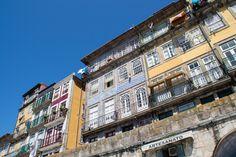 Porto & un p'tit coup chez Taylor's Port Wine - via Vio-Vadrouille 09.06.2015 | J'ai aimé les façades, ce bord de fleuve plein de monde s'émerveillant sur la vue de l'autre côté, sur le pont qui traverse le Douro… . Après ces quelques photos, un petit aperçu des caves du vin de Porto… un bel aspect de la ville. #portugal #travel #wine Photo: Façades de Porto