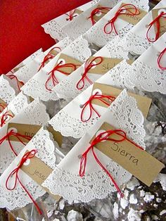 Love this doily wrap for a sweet-treat gift. Would look cute on a small paper bag too!