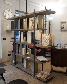 Libreria realizzata riciclando legno di cantiere, lavorato e antichizzato. I ripiani sono di misure differenti e nascondono il profilo in ferro della struttura, questo permette di modificare la disposizione dei ripiani creando diverse alternative.