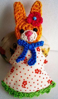 Fuente: https://www.etsy.com/listing/158230988/crochet-bunny-brooch?ref=shop_home_active