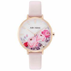 Die Julie Julsen Uhr Flower Rosé Light Pink besticht in einem Traum von Rosa kombiniert mit Frühlingsgefühlen. Das Lederarmband in zartrosa und das rosévergoldete Gehäuse passen perfekt zum lieblichen Ziffernblatt-Design mit stimmungsvollen Blumenakzenten.  #juliejulsenwatch #flowerwatch #flowerdial Daisy, Julie, Pink, Rose, Bracelet Watch, Watches, Bracelets, Flowers, Leather