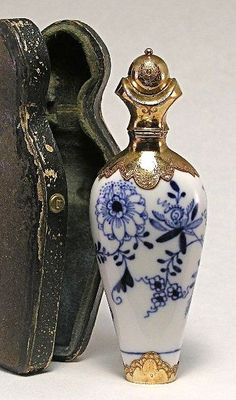 Antique vintage Meissen perfume scent bottle in white porcelain with Blue Onion pattern and gold fittings. Original leather case. 19th century. Height 4 1/4 in.♥≻★≺♥