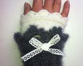Mitaines - manchettes , mohair et soie , gris anthracite et blanche : Mitaines, gants par sandrine-campana sur ALittleMarket
