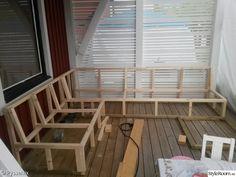 Bygger en platsbyggd soffa till våran altan. Har gjort en egen ritning och bygger efter den som jag tror blir bra. . Bottenramen är gjord av impregnerat virke 45x45. Resten av stommen är gjord av träreglar 45x45.. Soffan blir byggd i tre delar.. Har skruvat fast stöttorna ifrån undersidan. ...