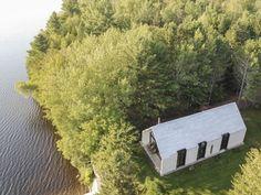 Une fenêtre sur le Lac, c'est l'essence même du chalet. Un logis de bois convivial et simple ouvert sur la nature et la quiétude du lac. Construit en lieu
