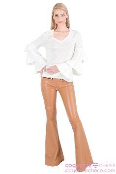 Não é mais uma blusinha básica! O modelo de manga comprida de algodão é confortável, mas os babados na manga são estilosos! -- Super justa e de cintura baixa, a calça flare em couro na frente e malha atrás modela o corpo. Uma peça pra se apaixonar e virar a preferida da estação!