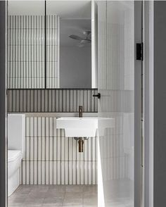 Home Interior Cuadros white bathroom with vertical white slim tiles.Home Interior Cuadros white bathroom with vertical white slim tiles White Bathroom, Bathroom Interior, Small Bathroom, Bathroom Canvas, Master Bathroom, Bad Inspiration, Bathroom Inspiration, Shower Cabin, Bathroom Toilets