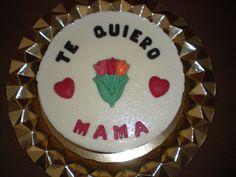 Tarta de tres chocolates, decorada con letras y figuras, también de chocolate!