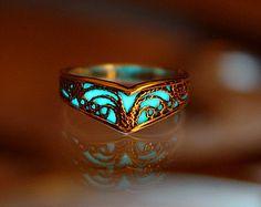 Celtic V ring / GLOW in the DARK / Sterling Silver Ring / Celtic ring / Filigree ring – Todo sobre accesorios contigo Bijoux Design, Schmuck Design, Jewelry Design, Cute Jewelry, Unique Jewelry, Jewelry Accessories, Resin Jewelry, Silver Jewelry, Silver Rings