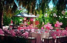 Decoración comunión con globos rosas y farolillos
