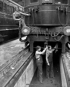 First World War/Women train cleaners as a 35 (89cm) Canvas Print