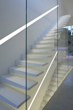 Minimalist stairs in White Ramat Hasharon House by Pitsou Kedem Architects- modern Architecture Details, Modern Architecture, Pitsou Kedem, Open Trap, Escalier Design, Halls, Glass Stairs, Concrete Stairs, Stair Handrail